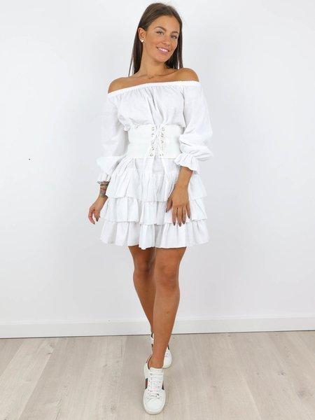 Biała mini sukienka z falbankami na impreze w Imprezowe